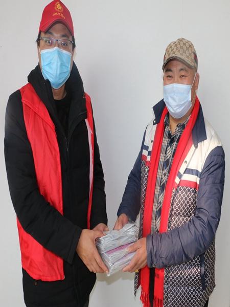 蚌埠好人王德进向抗疫一线志愿者捐赠口罩